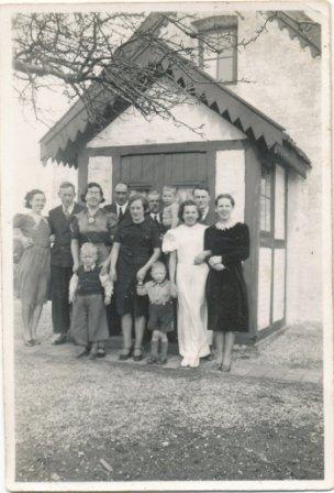 Banehus ved Stenvænget, Lis' konfirmation ca. 1939