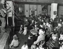 Povl Kjøller underholder børn i Club Paramount